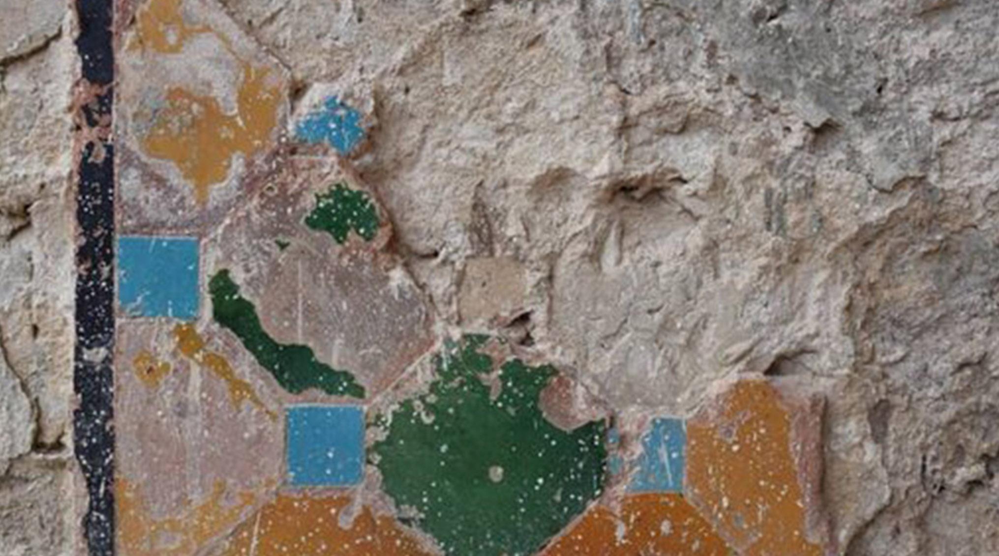 بقایای معماری اصفهان و کاشی های هفت رنگ صفوی در باغ عباس آباد