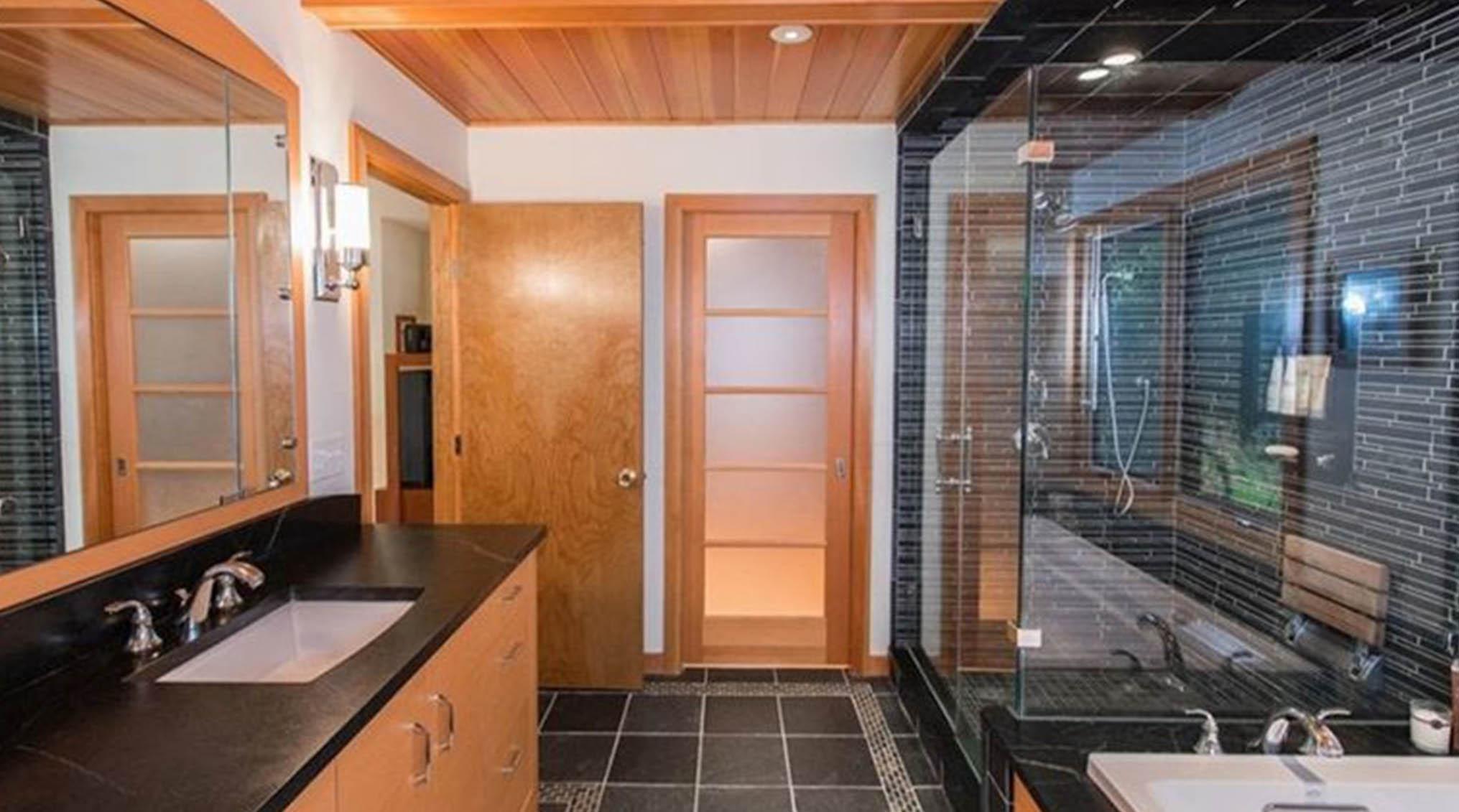 انتخاب درب مناسب حمام مدرن