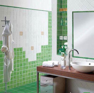 در حمام نیز می توانید مانند هر فضای دیگری در خانه از سبک مورد علاقه تان پیروی کنید. مثلا حمام بالا با الوار های چوبی در سقف آن به سبک روستیک طراحی شده است.