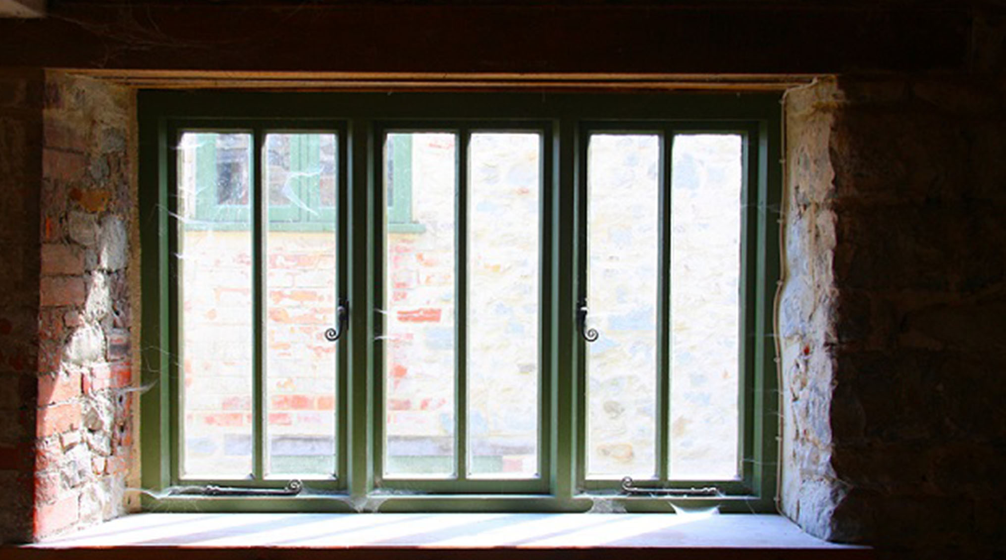 بازسازی آپارتمان؛ درزگیری پنجره