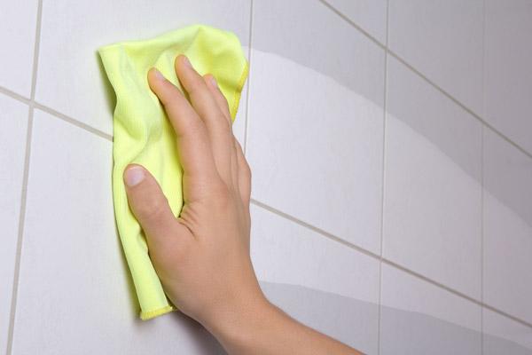 نظافت سرامیک اطراف دوش حمام